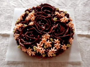 バラ飾りのラズベリーのタルト(チョコ)