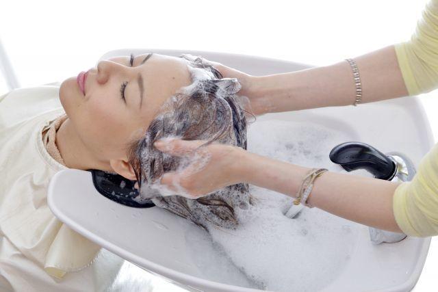 美容院で シャンプーする 女性