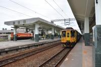 台東駅は昔ながらのコンクリ屋根201104