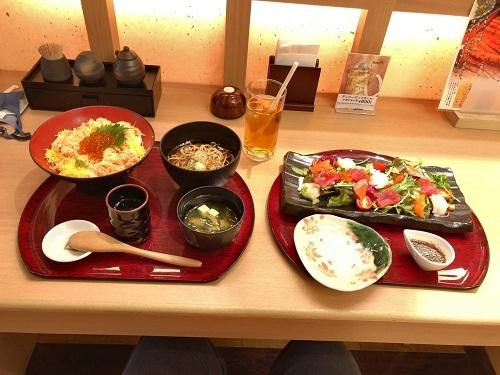 丼とサラダ