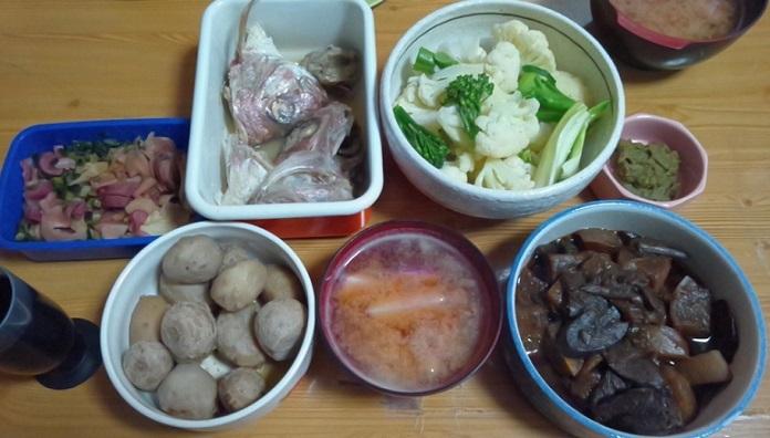 蕪の糠漬け、タイ兜酒蒸し、ブロッコリ&カリフラワー、里芋、味噌汁、黒い煮しめ