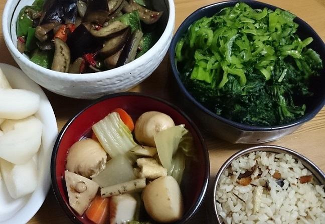 梨、ピーマンと茄子の炒め煮、高菜漬け、根菜煮物、かつお節と揚げの炊き込みご飯