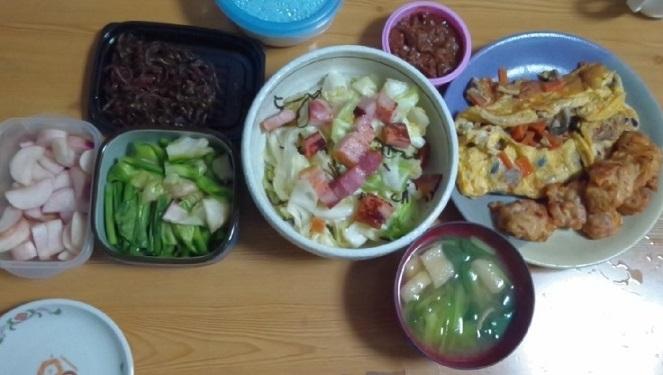 くぎ煮、カブ漬け2種、ベーコンキャベツ、肉みそ、くずれた和風オムレツ、味噌汁