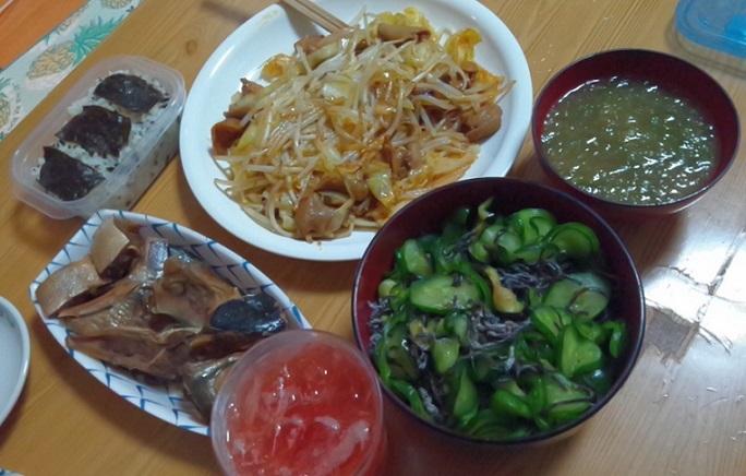 海苔ゴハン、アラ煮付け、こてっちゃん、アーサ味噌汁、ヤタラ漬け、トマトサワー