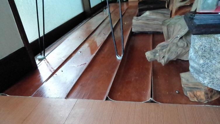床板は反り返って