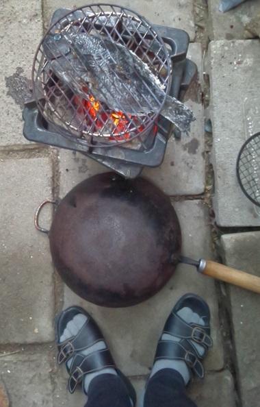 お下がりのお魚を炭火で焼く
