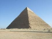 白い大理石が残っているピラミッド