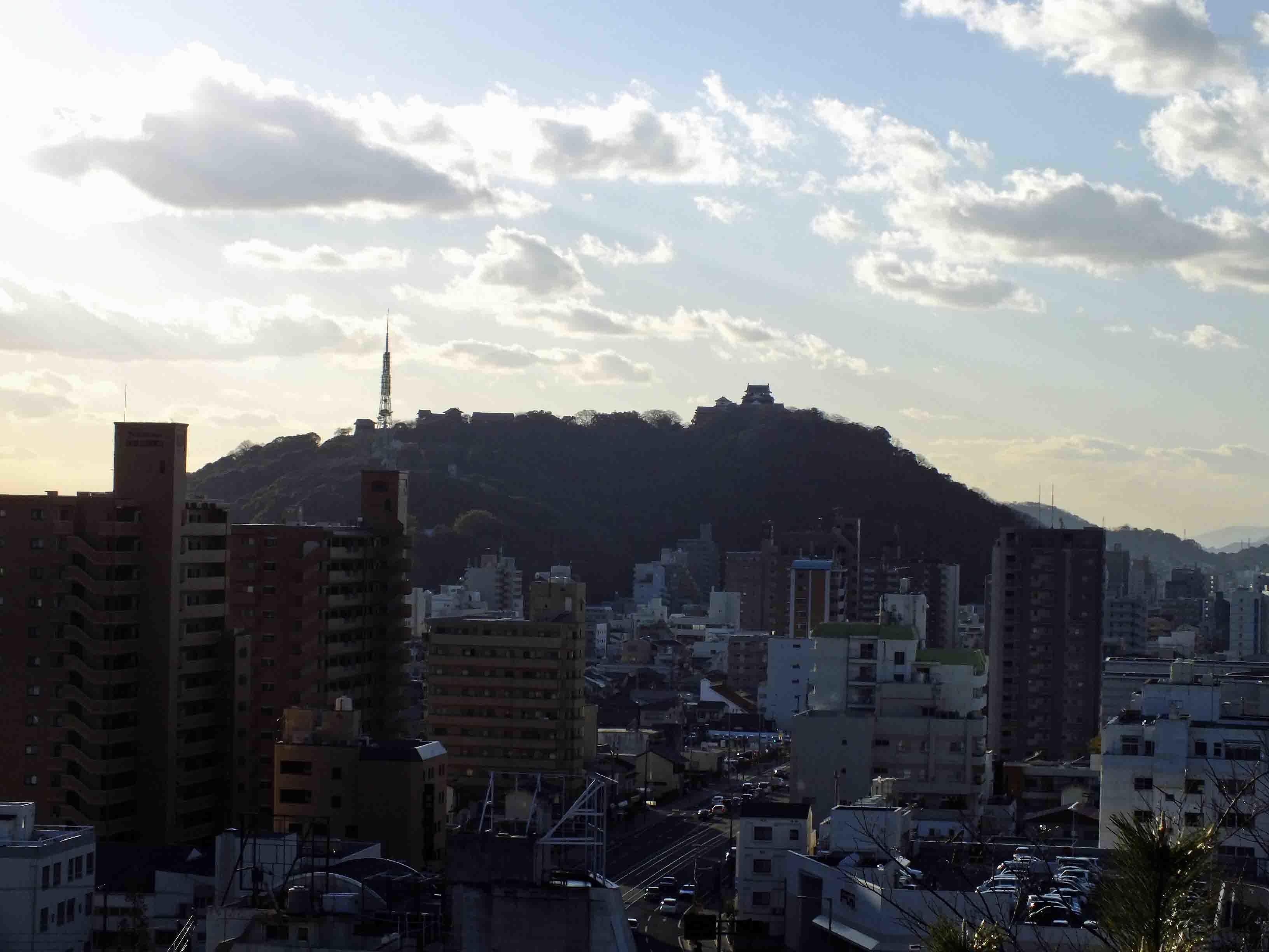 湯築城から見た松山城