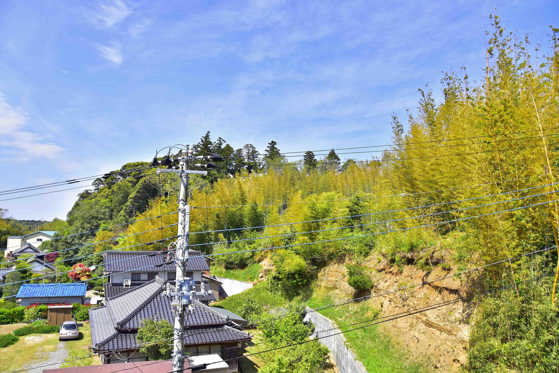 東側から見た羽賀城