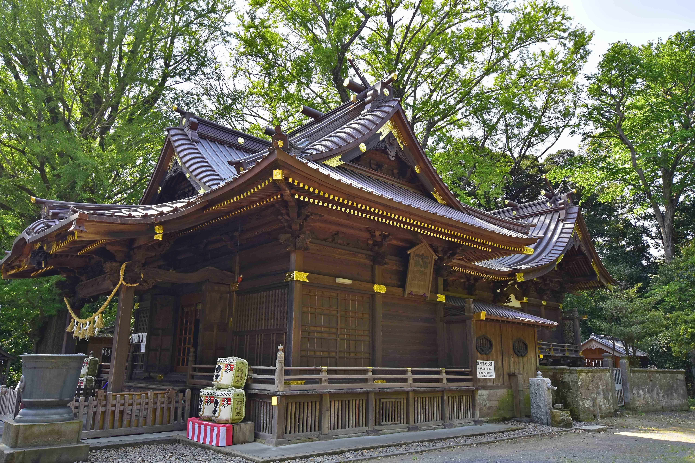 玉敷神社拝殿と本殿