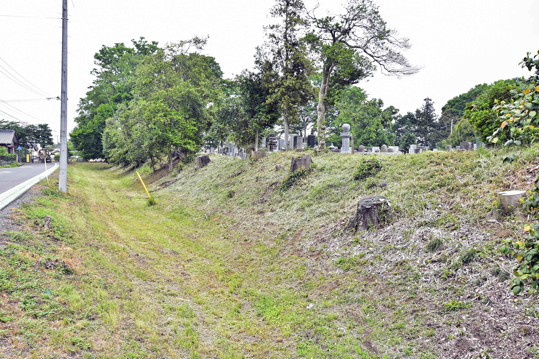 3 西側の堀と土塁