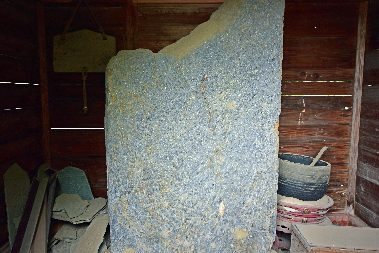 10 御堂内の板碑